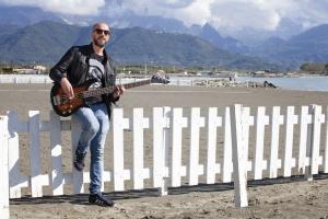 bassista si esibisce al mare